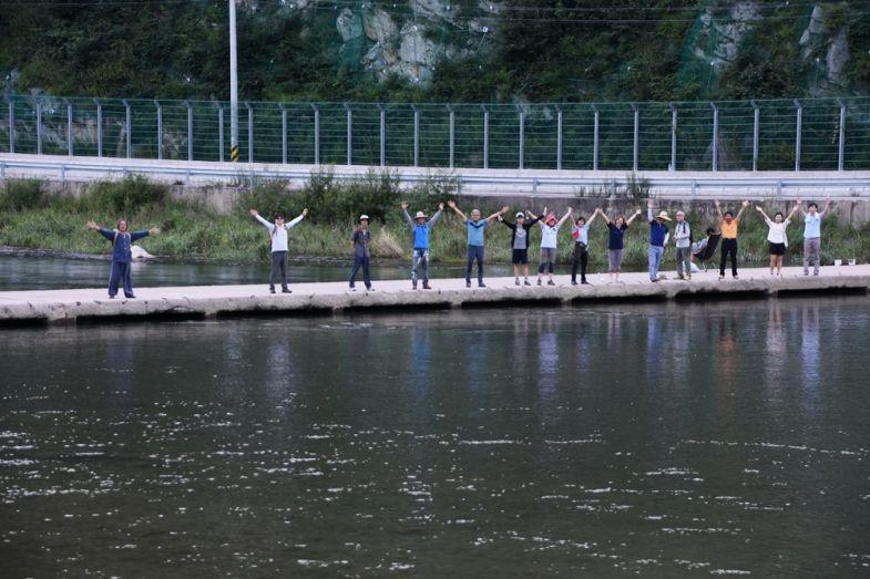 사진7 - 낙동강 최상류 생태기행에 참여한 이들이 낙동가가에 서서 영풍제련소 물러가라고 외치고 있다ⓒ 정수근.JPG